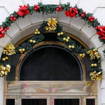 Decoración de puertas navideñas