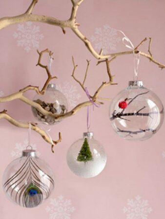 bolas de navidad en ramas