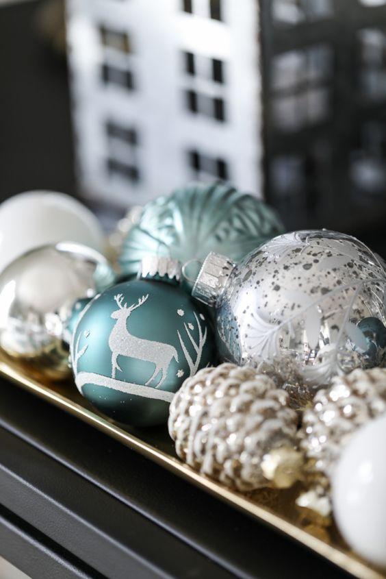 bolas de navidad en una bandeja