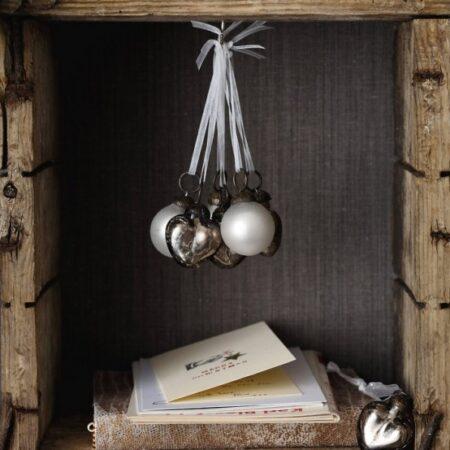 bolita de navidad en un rincón